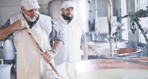 Preparazione forme di Parmigiano Reggiano