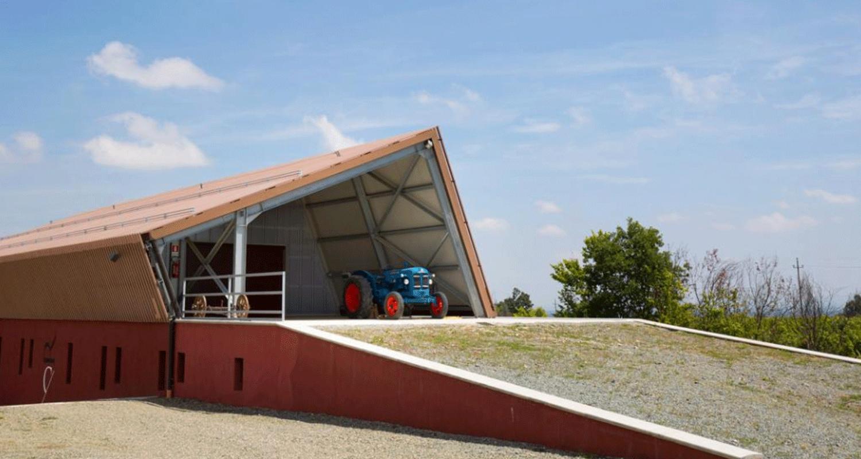 Rocci-di-Carpeneto-esterno-cantina-con-trattore