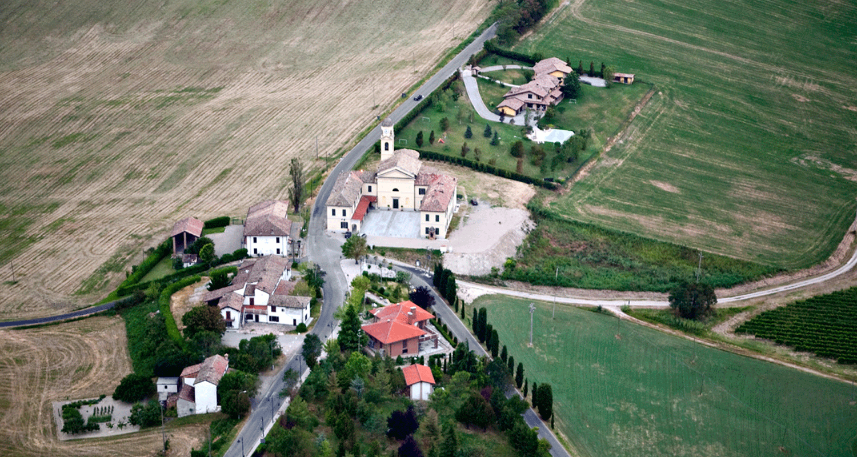 La-Locanda-di-Calvignano-in-Oltrepo'-pavese-vista-dall'alto
